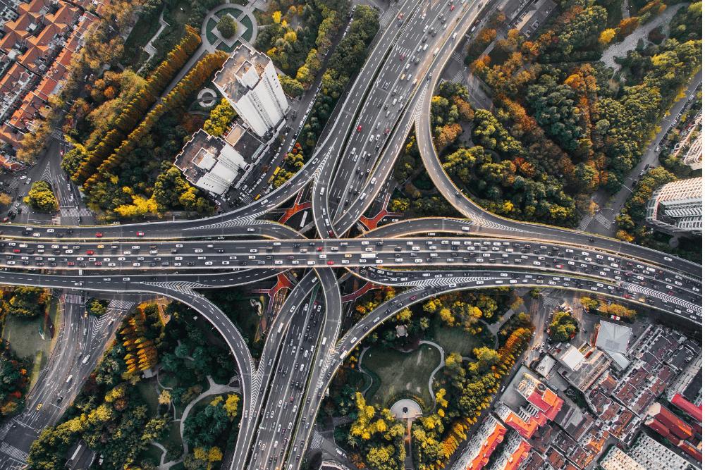 Többsávos autópálya felülnézetből, hatalmas autós forgalommal.
